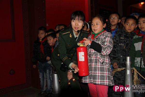 青岛洮南路小学的90余名师生来到青岛消防博物馆,与各种消防